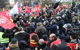Créteil (Val-de-Marne), mercredi 9 janvier 2019. Manifestation de syndicats (majoritairement) et de quelques Gilets Jaunes à proximité de la Maison du Handball à Créteil, où Emmanuel Macron effectuait une visite à l'équipe de France.